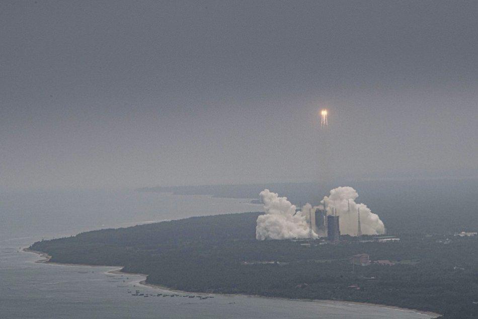 Ilustračný obrázok k článku Časť čínskej vesmírnej rakety sa rúti k Zemi: Trosky môžu dopadnúť kamkoľvek