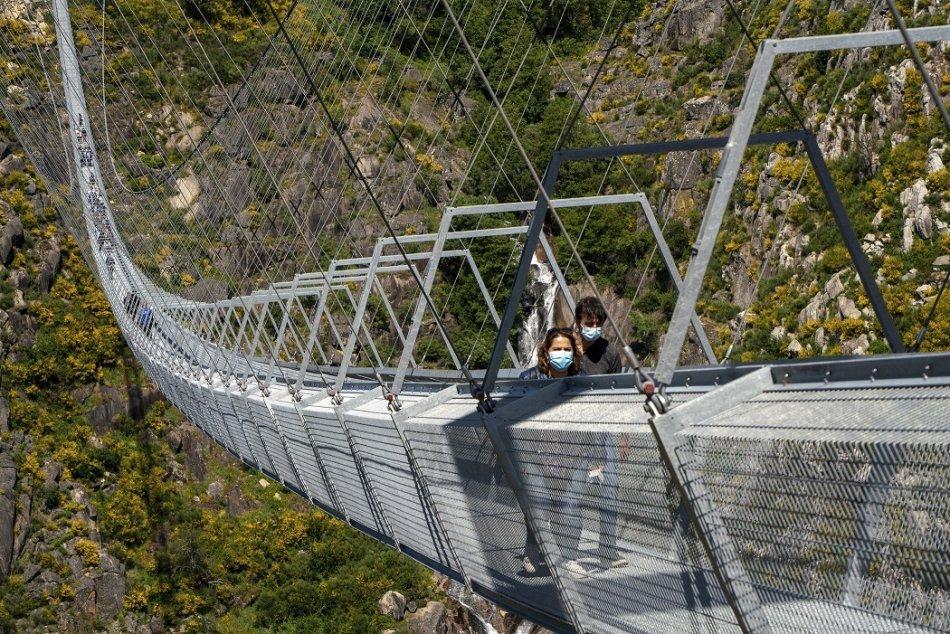 Ilustračný obrázok k článku KURIOZITA DŇA: Otvorili najdlhší visutý most pre peších na svete. Deti majú vstup zakázaný!