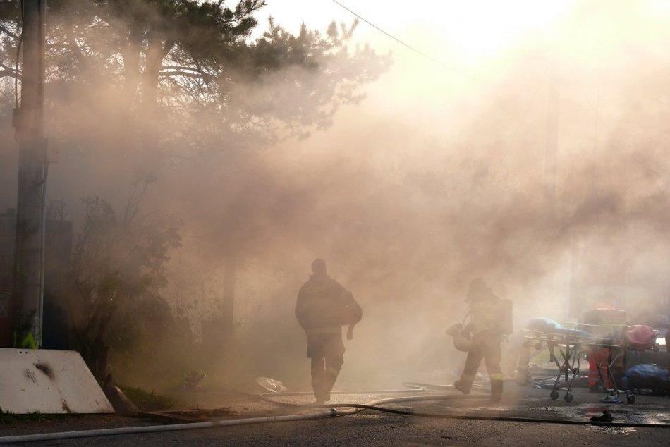 Ilustračný obrázok k článku Dom v plameňoch: HRDINOM okoloidúci, ktorý vytiahol z požiariska zraneného