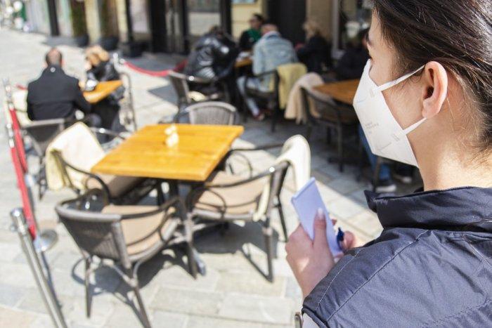 Ilustračný obrázok k článku Ako sa správať na terase počas pandémie? Rúško na stôl nepatrí, POZOR aj na taniere!