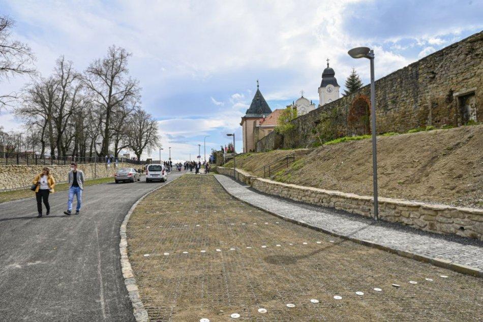 Ilustračný obrázok k článku Unikát pri hradobnej priekope: V Levoči otvorili nové záchytné parkovisko, FOTO