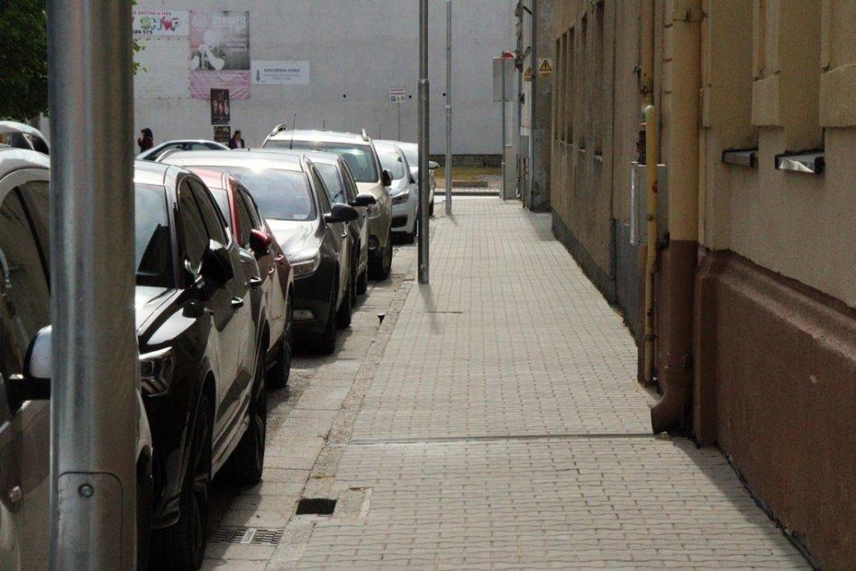 Ilustračný obrázok k článku Nové Zámky budú opäť o čosi krajšie: Obnovujú ďalšie chodníky, FOTO
