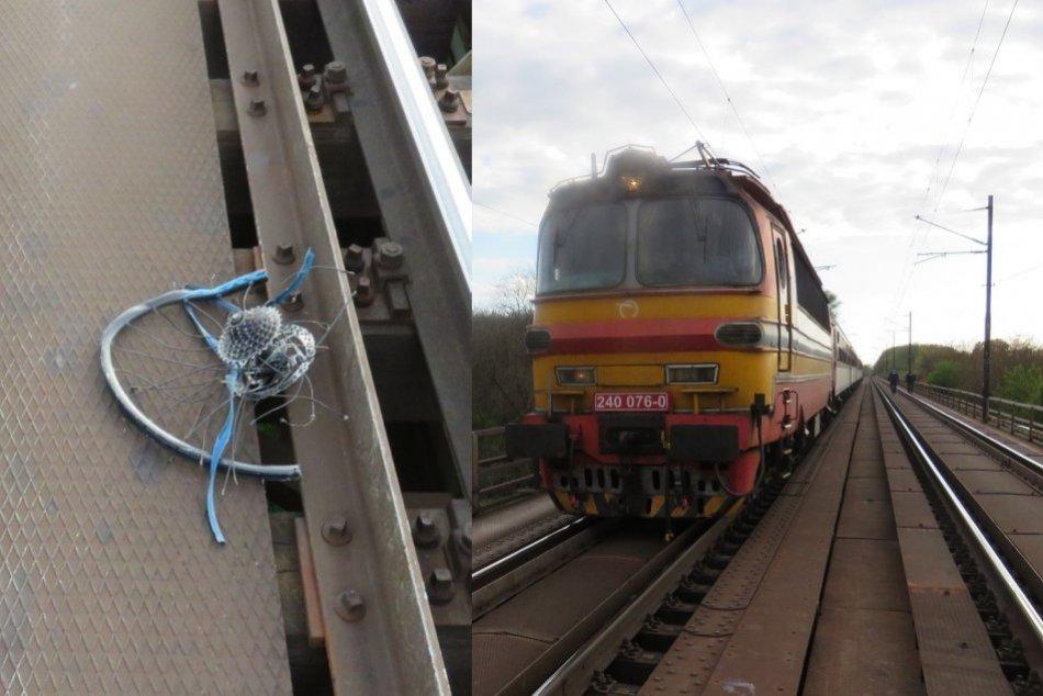 Ilustračný obrázok k článku Tragédia na železnici: Chodec tlačiaci bicykel vošiel rovno pod idúci vlak