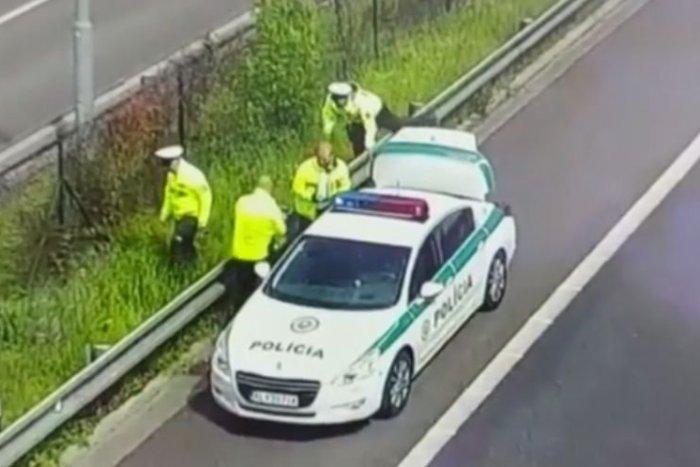 Ilustračný obrázok k článku KURIÓZNA záchranná akcia: Policajti ratovali rodinu, ktorá sa prechádzala po diaľnici, VIDEO
