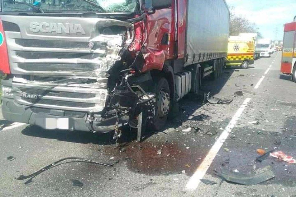 Ilustračný obrázok k článku Čelná zrážka kamióna s autom vo Zvolene: Z miesta hlásia zranenú osobu, FOTO