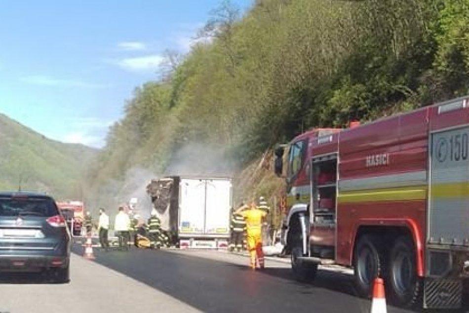 Ilustračný obrázok k článku Na R1 neďaleko Zvolena horí nákladiak: Vodiči musia počítať s obmedzením, FOTO