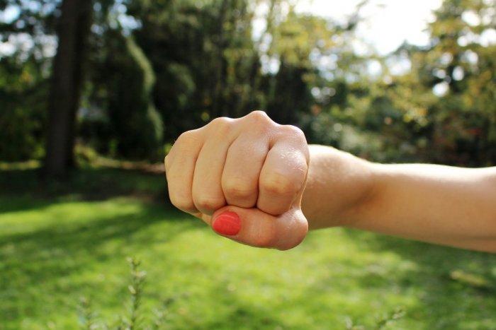 Ilustračný obrázok k článku SVET O SLOVENSKU: V Komárne vyčíňa dievčenský gang! Baby sú nemilosrdné