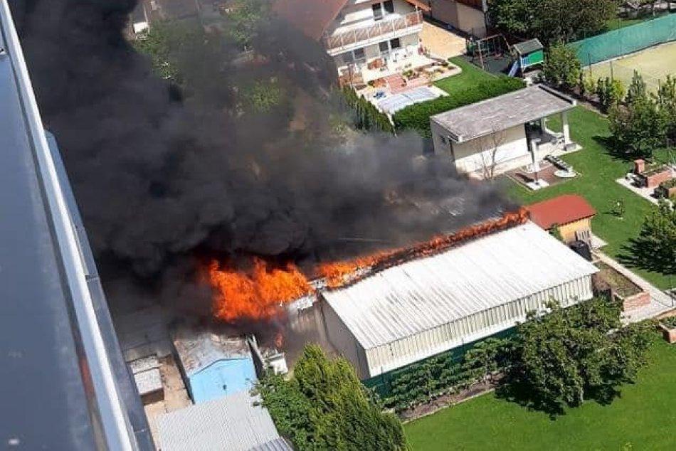 Ilustračný obrázok k článku FOTO a VIDEO: Obrovský požiar v blízkosti panelákov. Dym vidieť na desiatky kilometrov