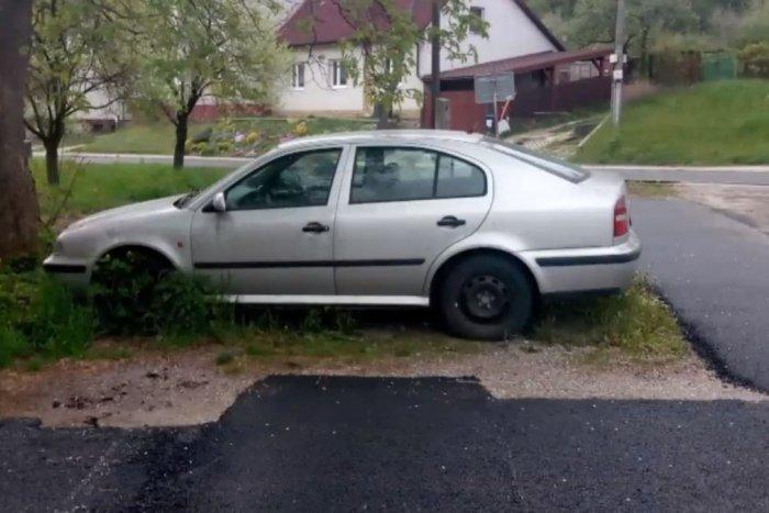 Ilustračný obrázok k článku Parkovisko, na ktorom sa BAVÍ celý internet: Na TENTO kúsok nezostal asfalt? FOTO