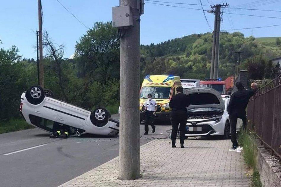 Ilustračný obrázok k článku Nehoda 2 áut neďaleko Bystrice: Jedno skončilo na streche, cesta je neprejazdná, FOTO