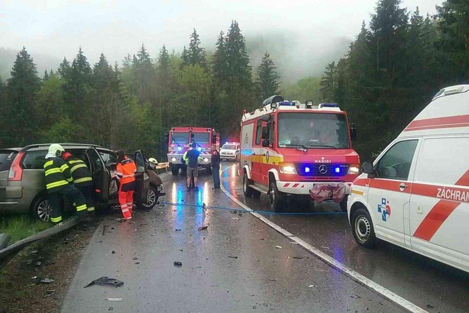 Ilustračný obrázok k článku Pri Čertovici došlo k zrážke auta s kamiónom: Zranenú osobu museli vyslobodiť, FOTO