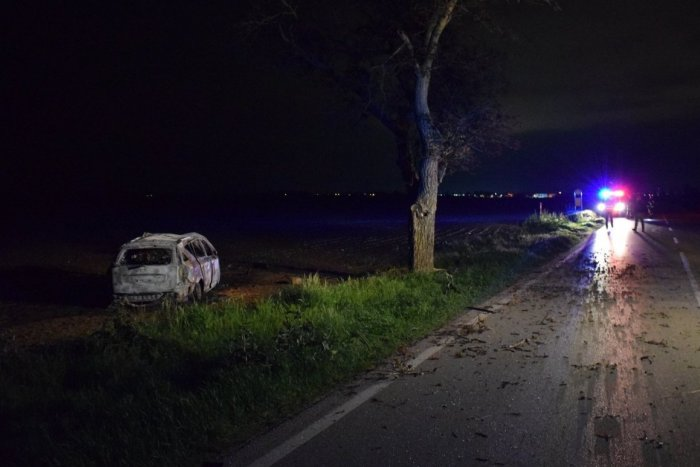 Ilustračný obrázok k článku Auto začalo po náraze horieť: Nočná havária za Trnavou si vyžiadala jednu obeť