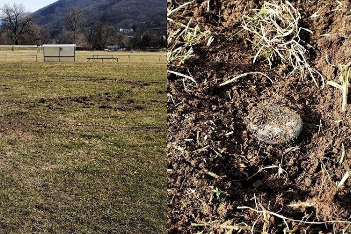 Ilustračný obrázok k článku Vrchol drzosti: Mladík driftoval po ihrisku, futbalistom celkom zničil trávnik
