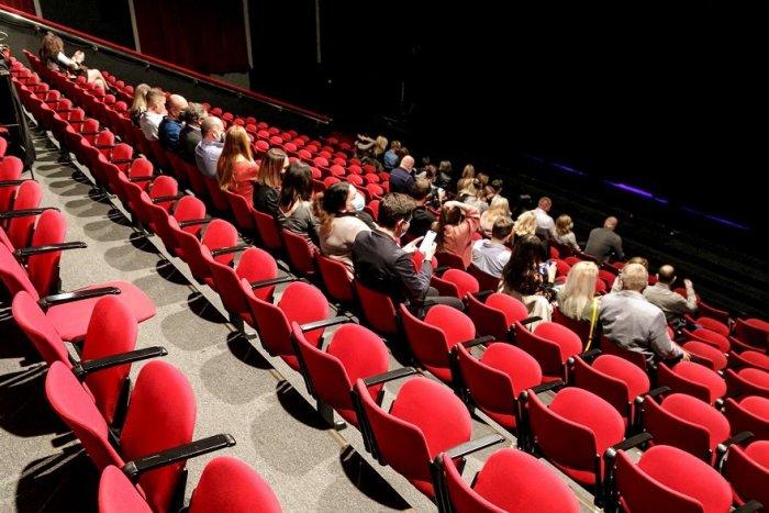 Ilustračný obrázok k článku Banskobystrický kraj poďakuje ľuďom v prvej línii: Dostanú pozvánky do divadiel