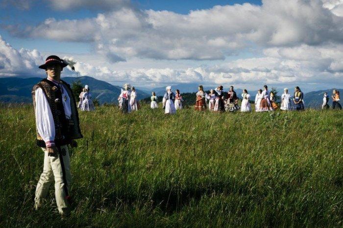 Ilustračný obrázok k článku Iconito spojili folklór s popom: Ukazujú krásy našej krajiny i krojov, VIDEO