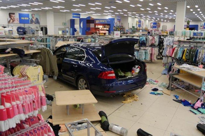 Ilustračný obrázok k článku POZRITE sa na tú spúšť: Dôchodkyňa SPANIKÁRILA a autom zdemolovala obchod! FOTO