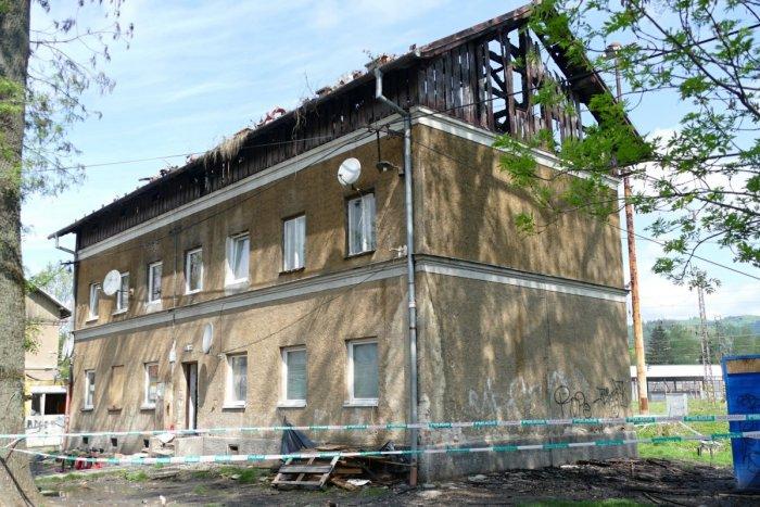 Ilustračný obrázok k článku Zlé správy po požiari v Žiline: Bytovka je NEOBÝVATEĽNÁ, ľudia skončili v telocvični, FOTO