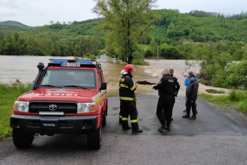 Ilustračný obrázok k článku Stavali bariéry aj zachraňovali ľudí: Hasiči mali pre povodne v kraji desiatky výjazdov