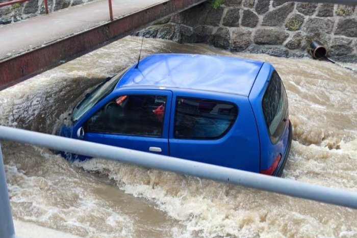 Ilustračný obrázok k článku Dramatická záchrana! Dôchodkyňa ostala uväznená v aute v rozbúrenom potoku, FOTO