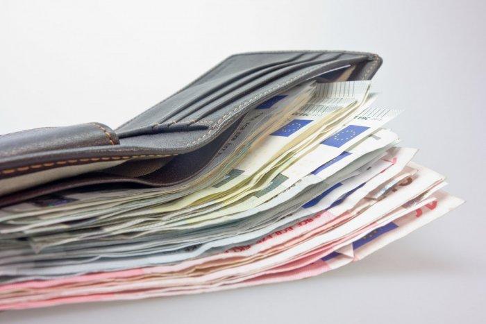 Ilustračný obrázok k článku Žena našla peňaženku, ale nevrátila ju a minula z nej hotovosť. Skončí na rok za MREŽAMI?