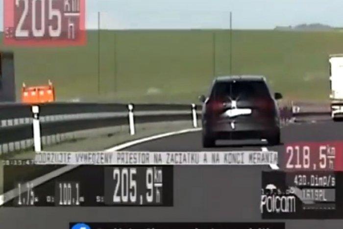 Ilustračný obrázok k článku Policajná PUMA v akcii na VIDEU: Vodič sa hnal rýchlosťou 248 km/h!