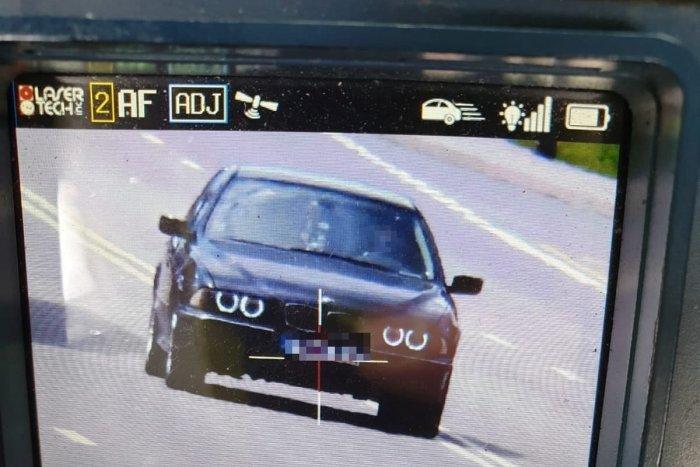 Ilustračný obrázok k článku Vodič BMW sa rútil obcou pri Prievidzi: Pre policajtov mal prichystanú výhovorku