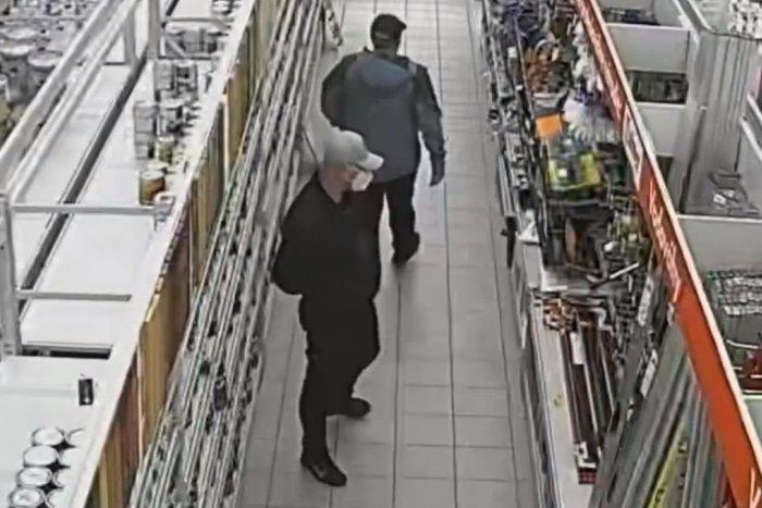 Ilustračný obrázok k článku Polícia vyšetruje krádež v bystrickom obchodnom dome: Hľadá týchto mužov, VIDEO