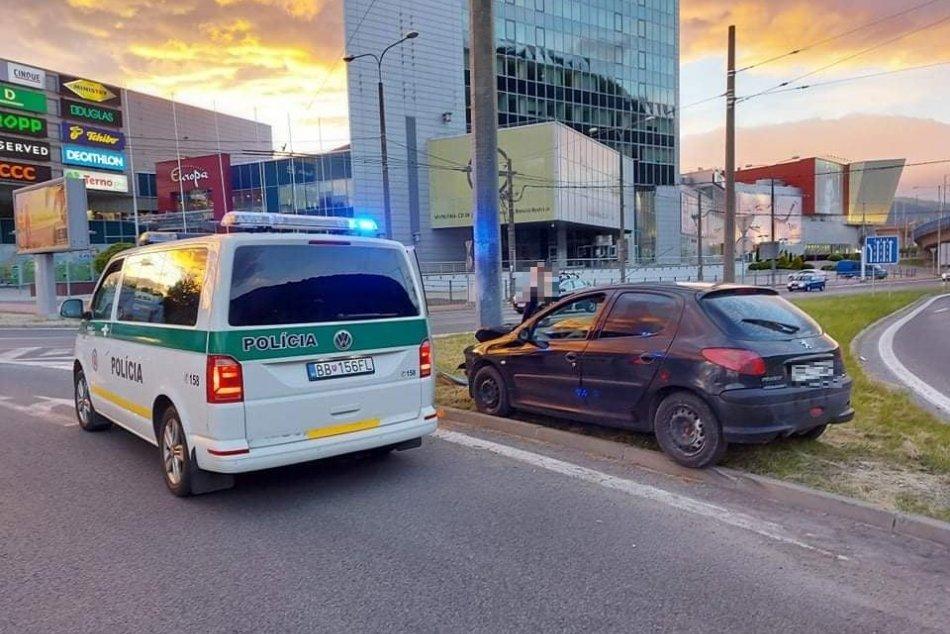 Ilustračný obrázok k článku Mladý vodič v Bystrici nezvládol prejazd kruháčom: Polícia prezradila príčinu, FOTO