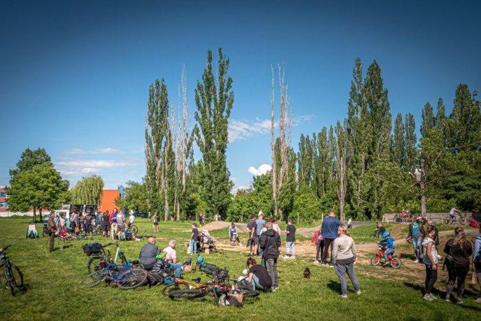 Ilustračný obrázok k článku Nadšenci cyklistiky sa dočkali: Pumptracková dráha je oficiálne OTVORENÁ