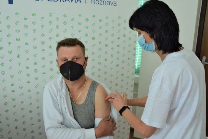 Ilustračný obrázok k článku Nízky záujem o očkovanie v Rožňave: Automechanik Ladislav má na to iný názor