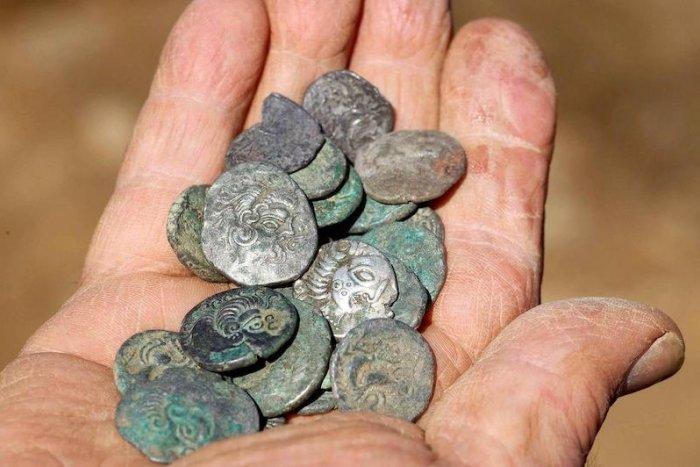 Ilustračný obrázok k článku SVET O SLOVENSKU: Slovákovi vyrúbili za prevoz zopár vzácnych mincí ŠIALENÉ clo!