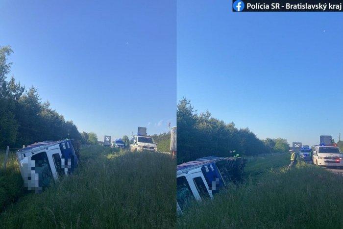 Ilustračný obrázok k článku Vodiči, pozor! Na diaľnici D2 smerom do ČR sa prevrátil kamión