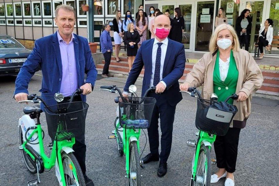 Ilustračný obrázok k článku Minister Gröhling navštívil lučenecké školy: Po meste sa premával na bicykli, FOTO