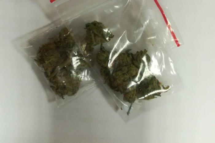 Ilustračný obrázok k článku Úlovky trenčianskych policajtov: Priznanie vodiča k pervitínu a marihuane