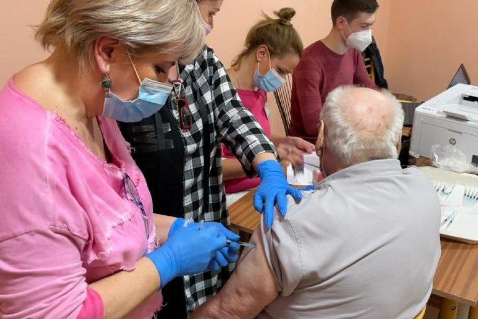 Ilustračný obrázok k článku Výjazdový tím zaočkoval v kraji tisíce seniorov: Zdravotníkov vítali aj pesničkami