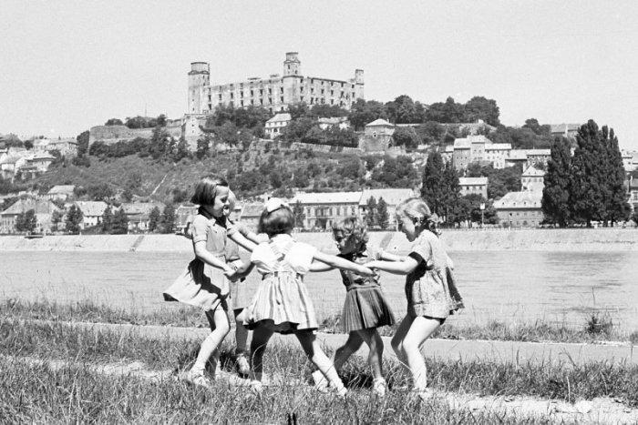 Ilustračný obrázok k článku Zaspomínajte si na starú Bratislavu: Ako plynul čas, ukážu fotografie Antona Šmotláka