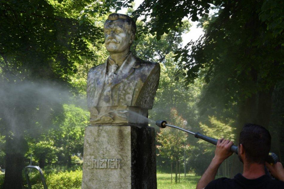 Ilustračný obrázok k článku Sochy v trenčianskom parku ožijú: Čistenie nebude všetko, FOTO