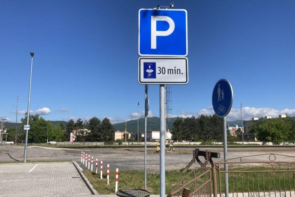 Ilustračný obrázok k článku Parkovisko pri stanici v Prievidzi možno využívať: Dĺžka státia je ale obmedzená