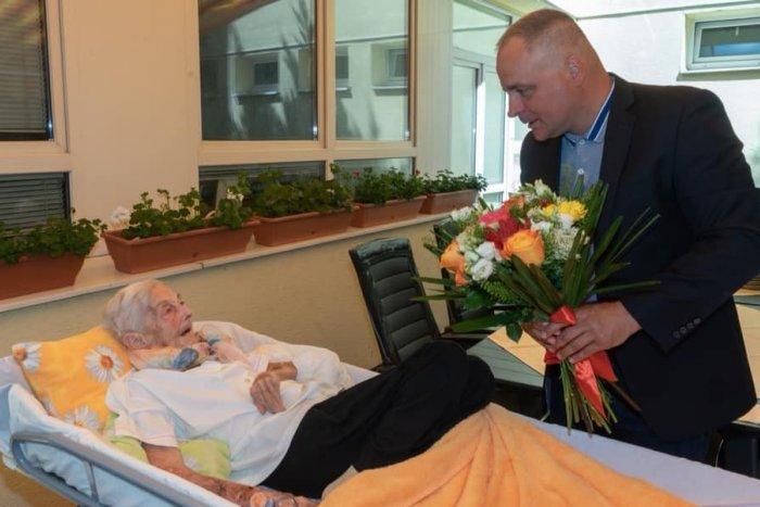 Ilustračný obrázok k článku Župan Droba navštívil 95-ročnú legendárnu trénerku: Vďaka nej máme olympijské zlato!