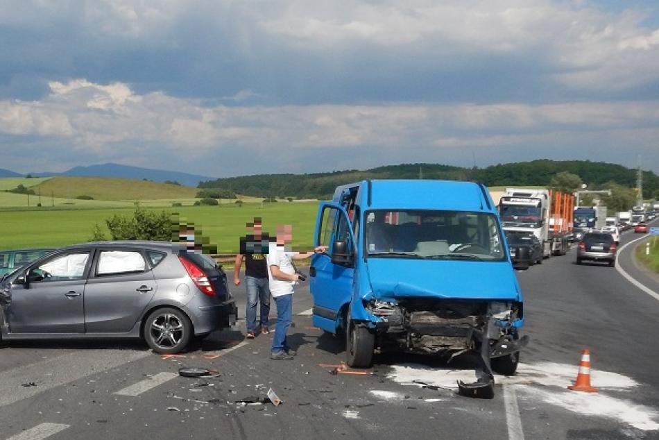 Ilustračný obrázok k článku Pri Zvolene sa zrazilo auto s dodávkou plnou ľudí: Na mieste boli aj zranení, FOTO