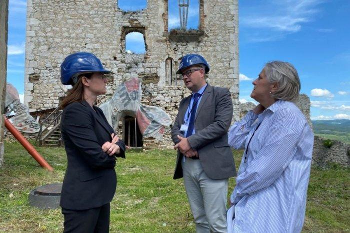 Ilustračný obrázok k článku Avizovaná rekonštrukcia Spišského hradu konečne začína: Opäť prišla aj ministerka