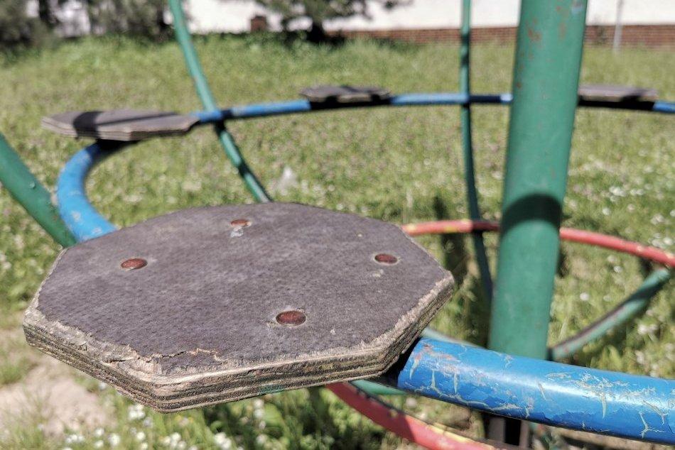 Ilustračný obrázok k článku Zvolen odstraňuje hojdačky a preliezačky: Pre ľudí má však aj dobrú správu, FOTO