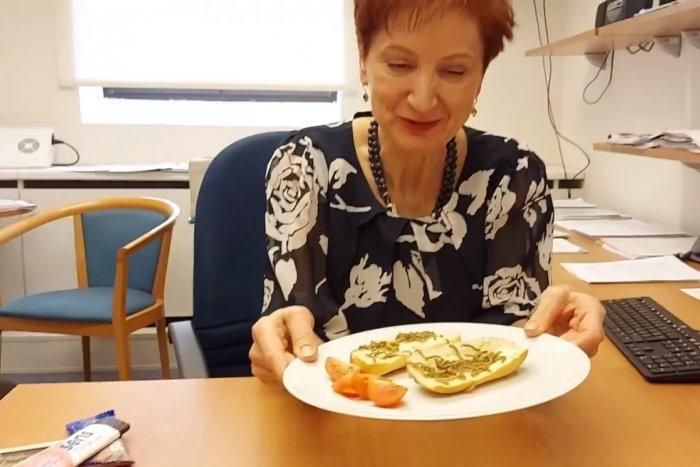 Ilustračný obrázok k článku VIDEO: Len pre silné žalúdky! Poslankyňa si naservírovala na bagetu živé červíky