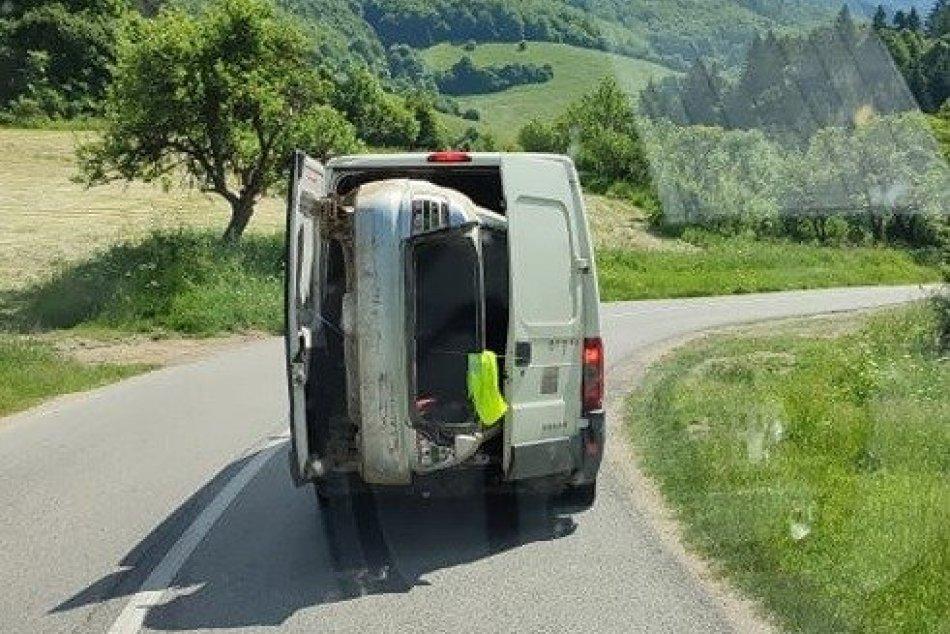 Ilustračný obrázok k článku Ďalší EXPERTI na slovenských cestách: Auto trčiace z dodávky držal len kúsok gumy!