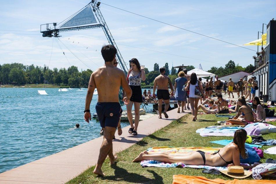 Ilustračný obrázok k článku Kúpaliskový ZLODEJ v akcii: Pozoroval ľudí z lavičky a keď odplávali, išiel na VEC!