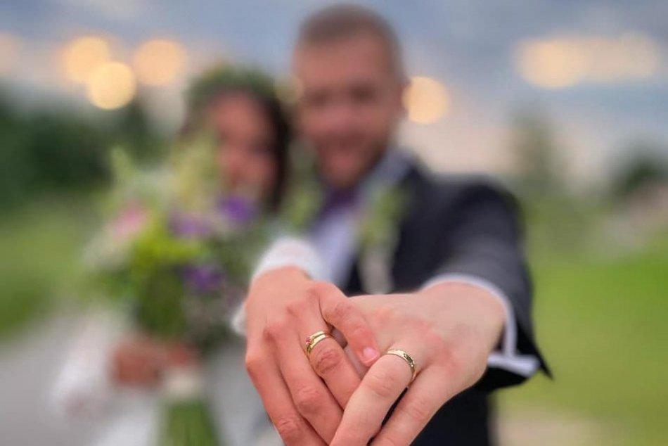 Ilustračný obrázok k článku Sima Martausová si obliekla svadobné šaty a povedala ÁNO: Ako sa po vydaji volá?