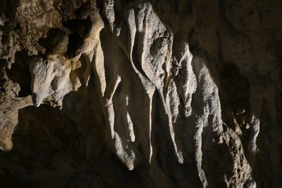 Ilustračný obrázok k článku Smutné správy z Divínskej hradnej jaskyne: Niekto poškodil krasovú výzdobu