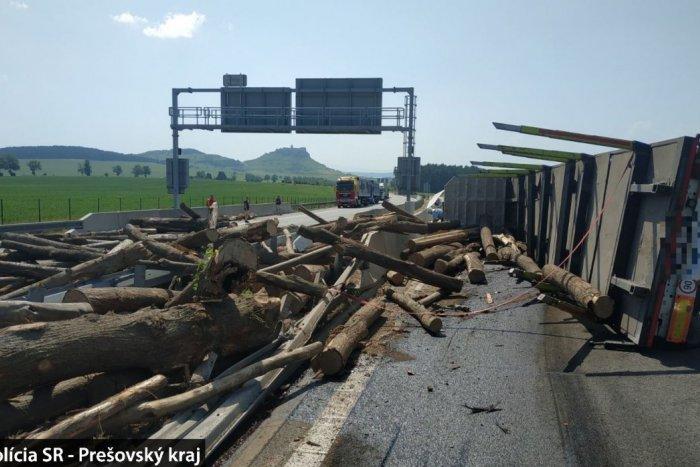Ilustračný obrázok k článku Prevrátený kamión na D1: Oba pruhy diaľnice sú zablokované, počítajte s obchádzkou! FOTO