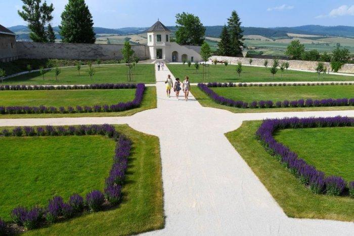 Ilustračný obrázok k článku Vynovená za státisíce: Záhrada v Spišskej Kapitule vraj pripomína Versailles, FOTO