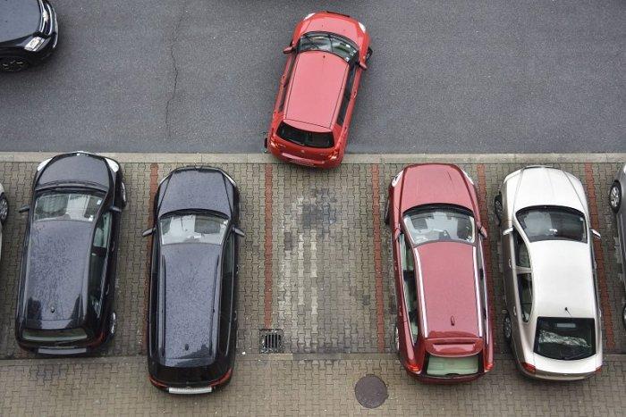 Ilustračný obrázok k článku Mesto kontroluje parkujúce vozidlá INAK: Vyškolení zamestnanci ich skenujú!